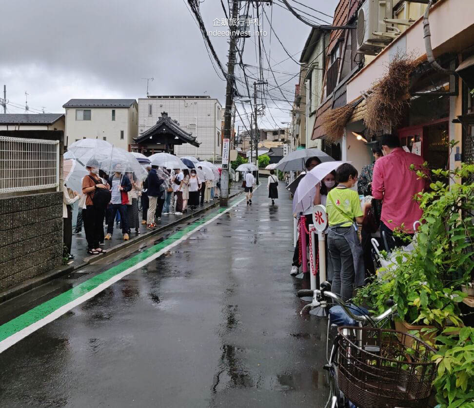 line-up-in-front-of-himitsu-shaved-ice-shop